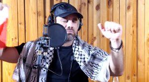 """فلسطيني يغني ل """"بيروت"""" .. ويبكي الملايين .."""